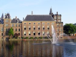 1280px-The_Hague_Binenhof_with_waterworks